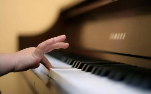 孩子练习钢琴时,总弹错音是怎么回事?