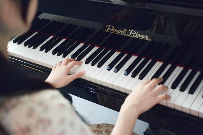 手把手教你弹奏钢琴的基本手型