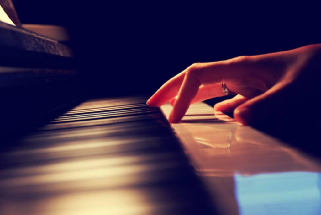 在练习钢琴的过程中应该怎样看谱和背谱?