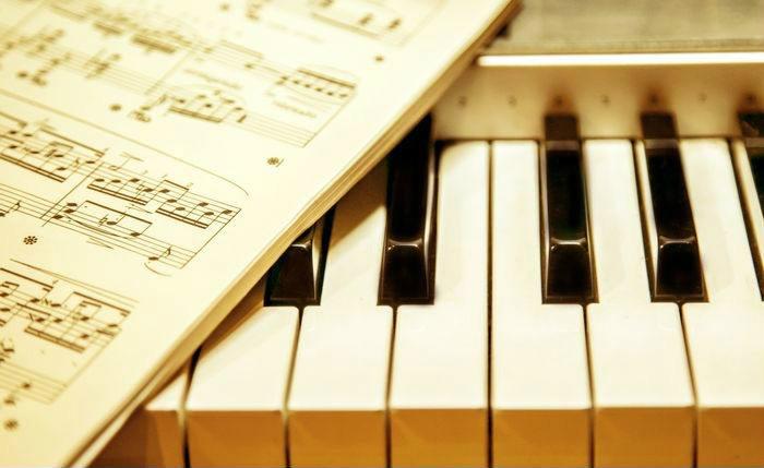 学钢琴时为什么不要在五线谱上标注简谱?