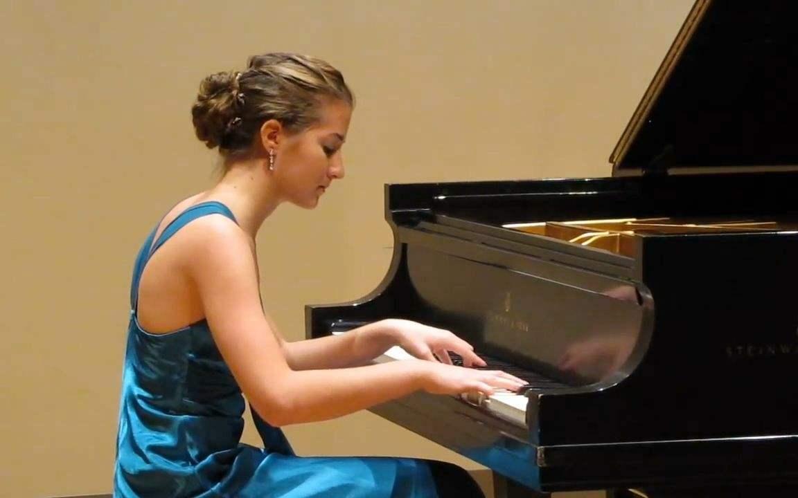 弹钢琴时的正确坐姿是怎样的?