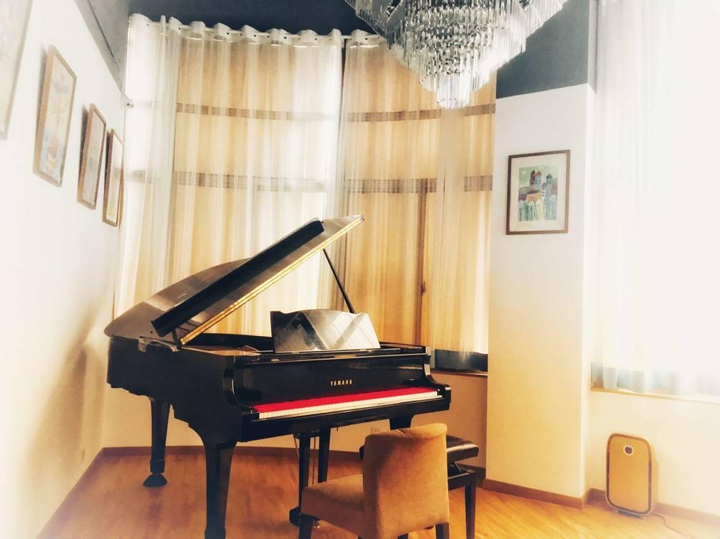 三角钢琴和立式钢琴的区别和优缺点都有哪些?买哪个好?