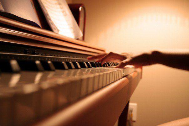 弹钢琴时手臂手腕酸痛是怎么回事?