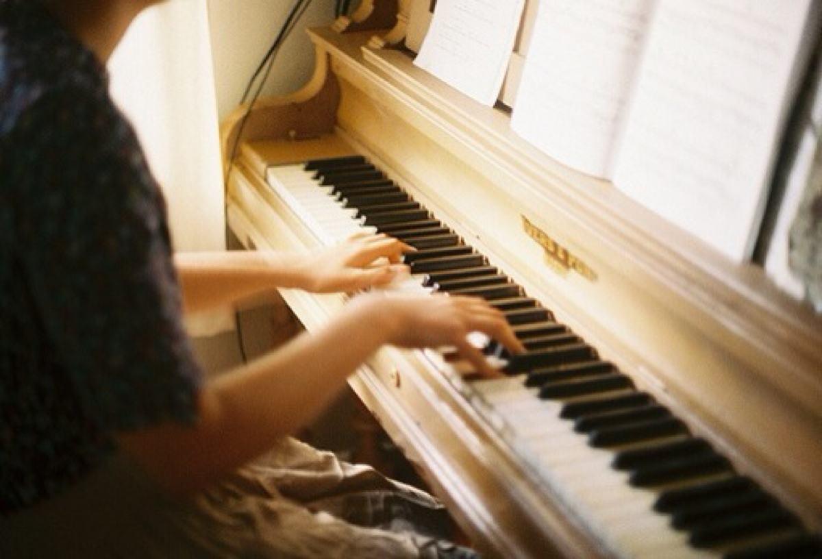 如何在钢琴上演奏出好听的音色?