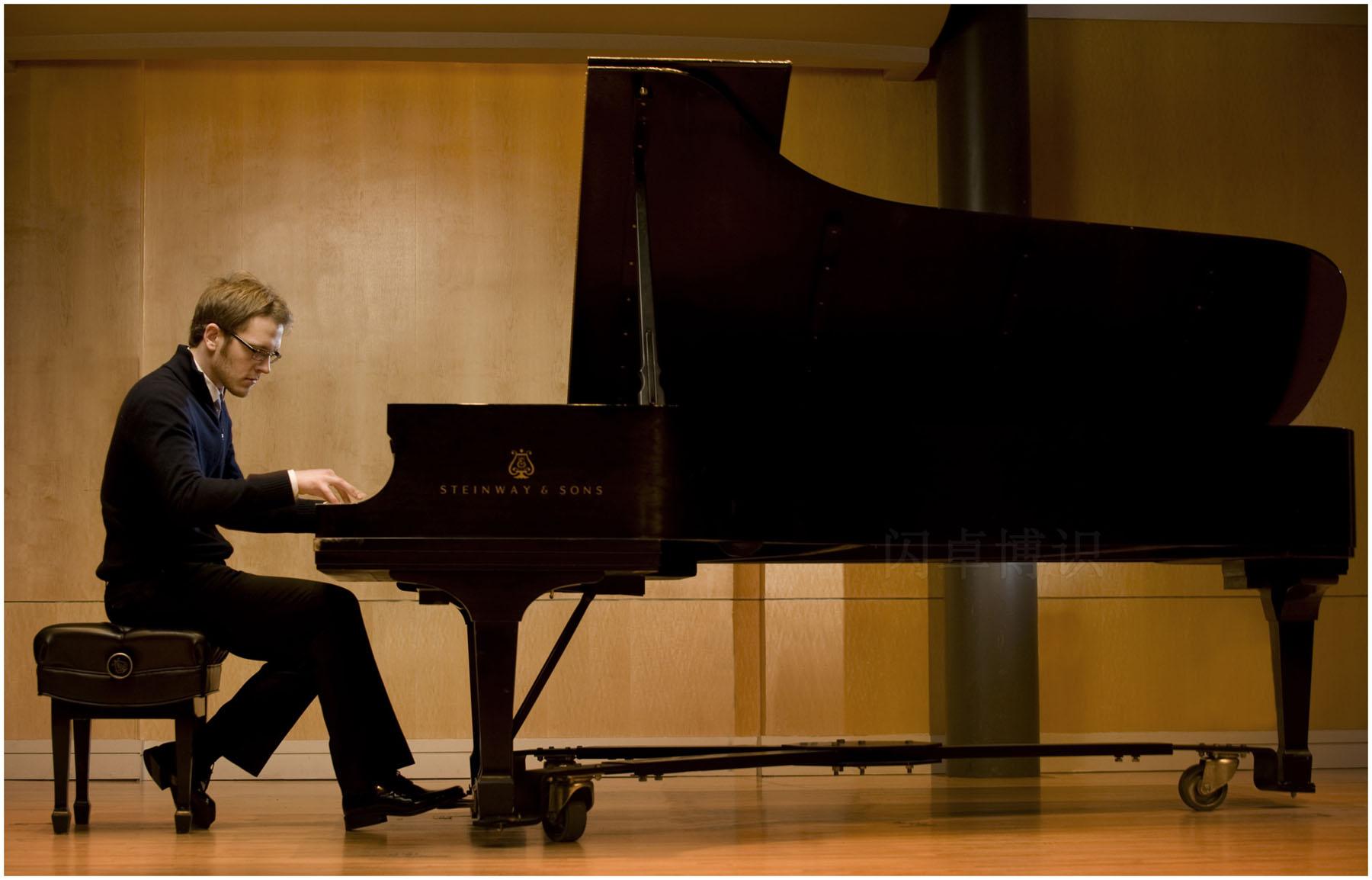 钢琴作品中右踏板的用法介绍