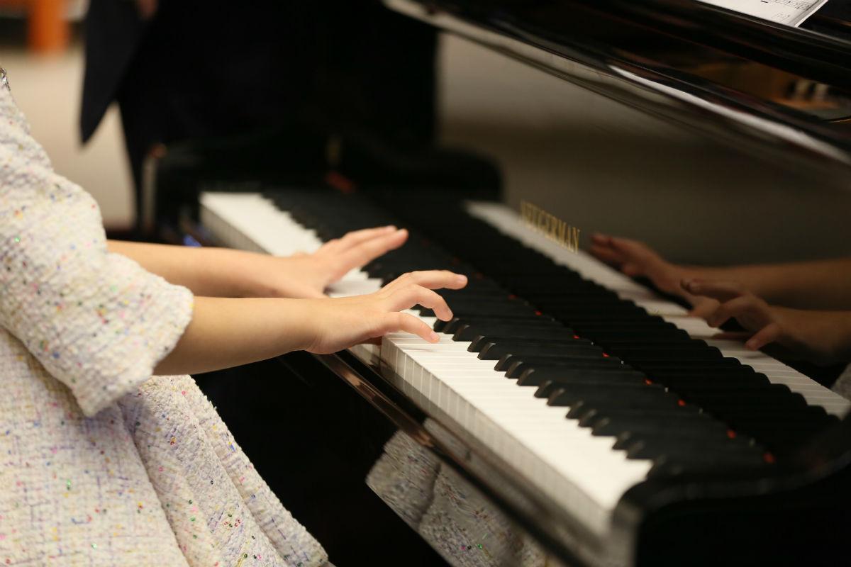 教你克服学琴时左右手不协调的问题
