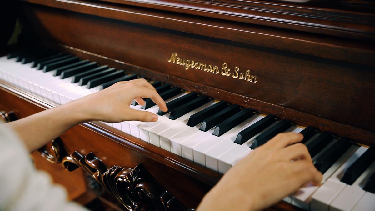 怎样在弹钢琴时把左右手分开?
