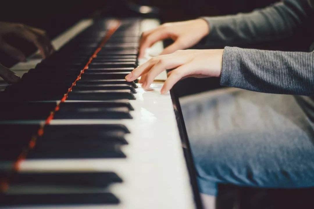 学琴时如何科学地练习手指技巧?