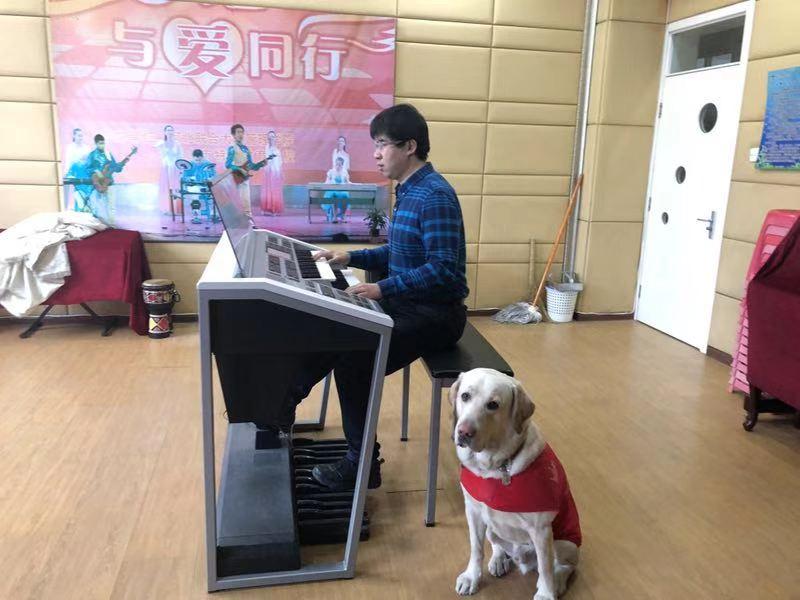 励志盲人苦练钢琴20年后转学双排键