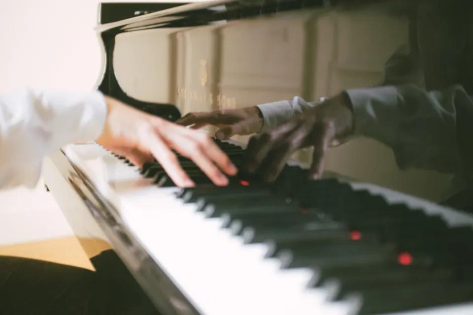 弹琴时,左右手不协调怎么办?