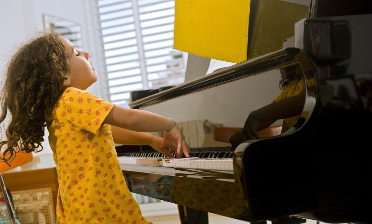 学钢琴之前先让孩子学电子琴有好处吗?