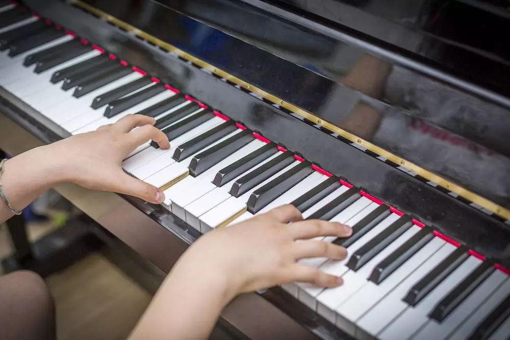 弹琴时应该怎样灵活运用手腕?