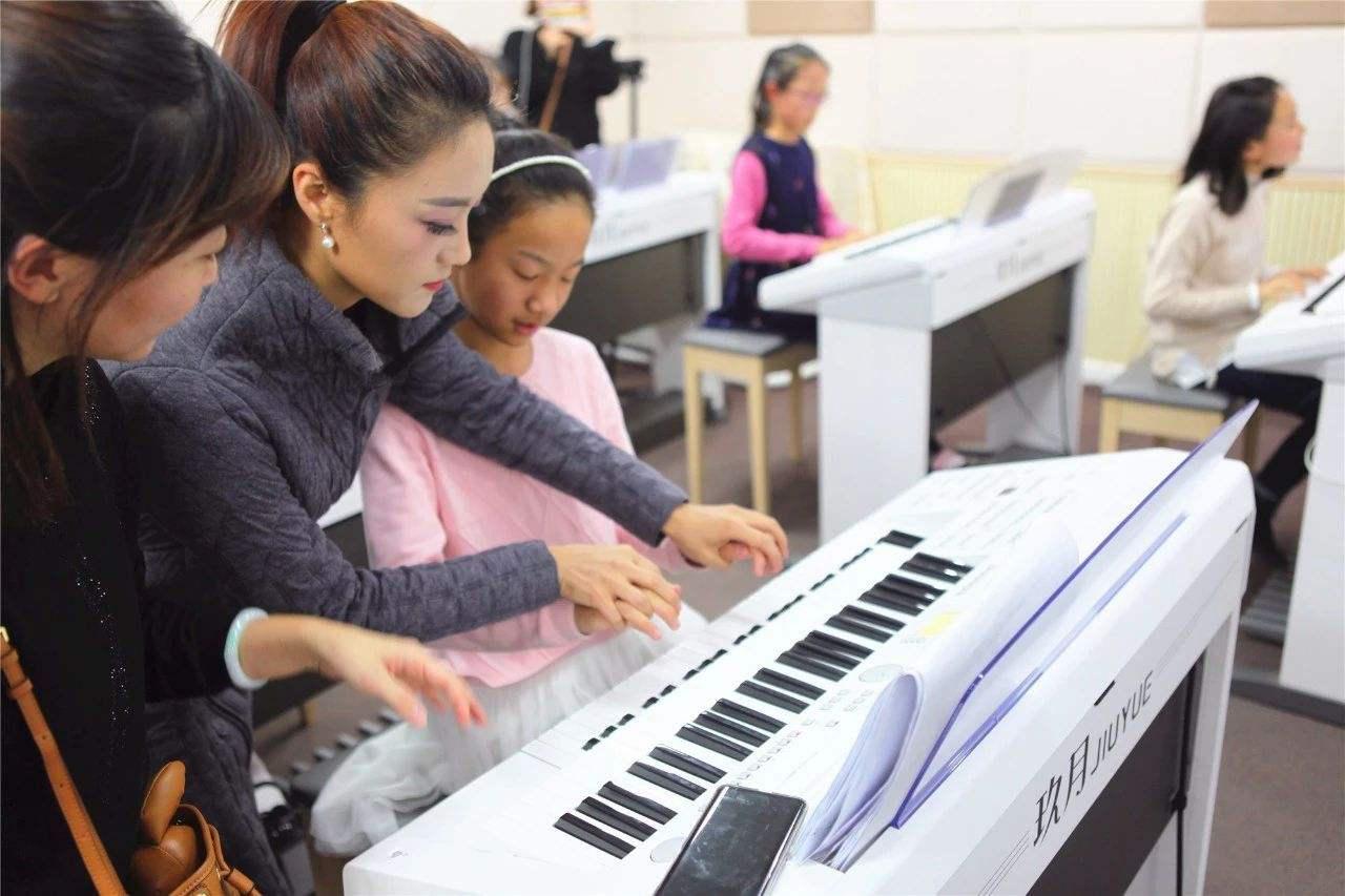 双排键的弹奏技巧:手键盘的弹奏方法
