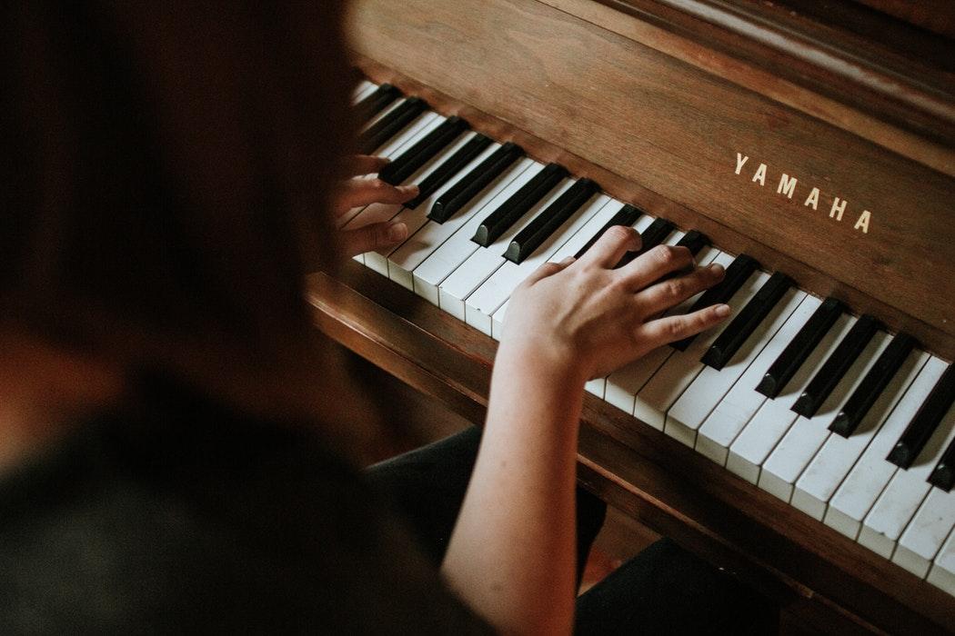 教你几个练习钢琴黑键的小技巧