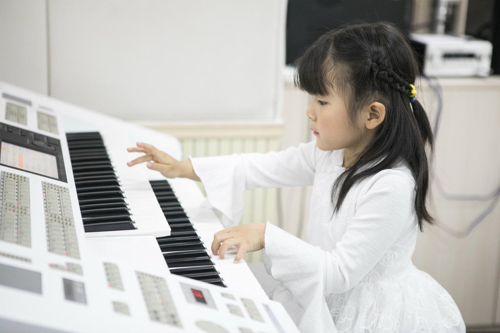 弹琴时,如何控制好力度的强弱