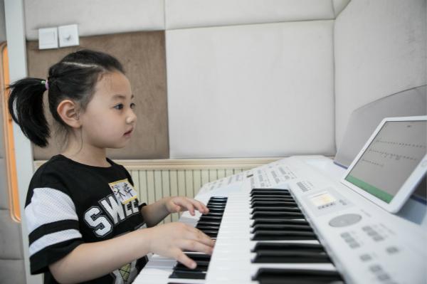 练琴的时候应该看乐谱还是琴