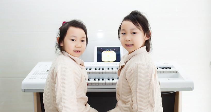 易雨洋(左)易雨涵(右)