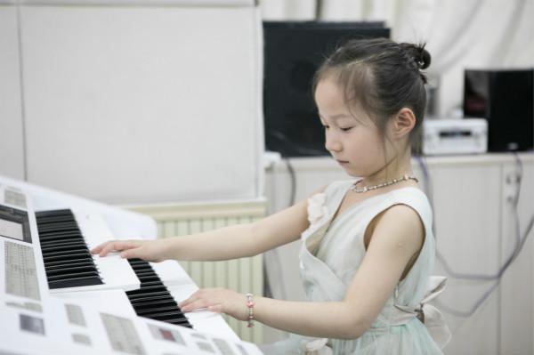 练琴时为什么要避免弹错音?