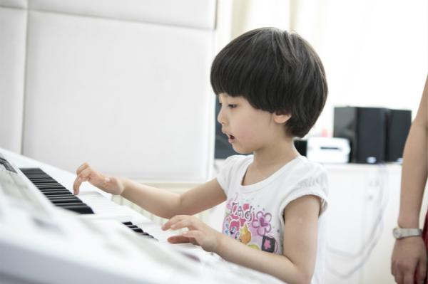 学琴过程中,如何增强双手的协调性?